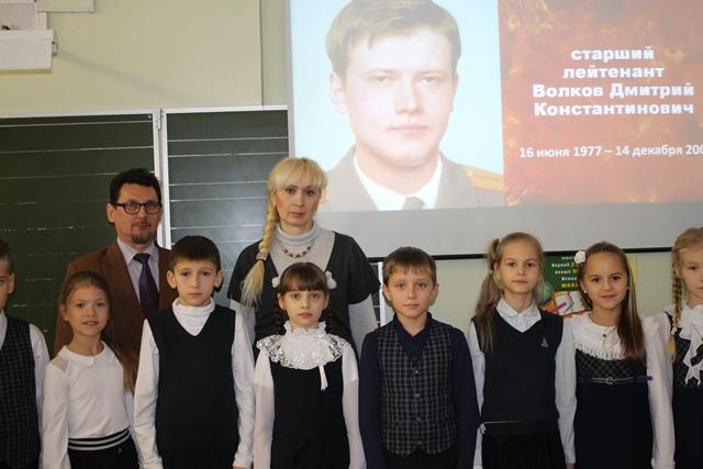 Урок-посвященный-Герою-России-Дмитрию-Волкову-выпускнику-школы-№22